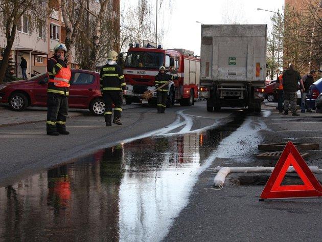 Hasiči ve zlínské ulici Česká likvidovali následky nehody, při které si nákladní auto o uvolněný kanál prorazilo nádrž.