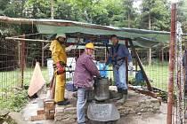 Dobrovolníci obnovili studnu na Janově hradě