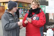Červený kříž rozdává bezdomovcům čaj a oplatek