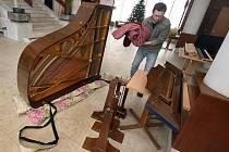 Filharmonie Bohuslava Martinů v pátek 7. ledna stěhovala koncertní křídla do nových prostor Kongresového a univerzitního centra.