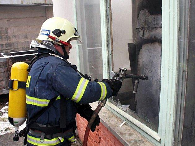 Škodu za deset tisíc korun napáchal požár, k němuž došlo v pátek 12. března v jednom z podniků v bývalém svitovském areálu.