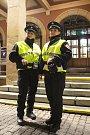 Zlínští strážníci mají nové, svítící vesty. Mají je ochránit v silniční dopravě.