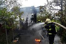 Ve Zlíně na Mladcové hořela zahradní chatka, její majitel se popálil.