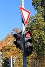 Poškozený semafor na křížovatce  ulic  Tř. T. Baťi  a  Díly I ve Zlíně.