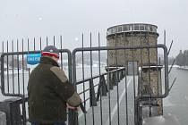 A jde se upouštět – Hrázný Luhačovické přehrady jde zkontrolovat probíhající upouštění