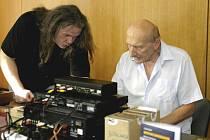 Jaromír Merhaut (vlevo) se známým českým hudebním kritikem Jiřím Černým.