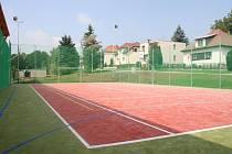 Nové centrum tvoří kromě těchto prostor hřiště uvnitř, menší tělocvična a také dětské hřiště.