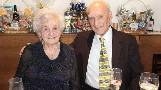 Oslava stých narozenin Zdeňka Řediny z Tlumačova, který je tak nejstarším obyvatelem obce. Na snímku je se svou ženou Olgou.