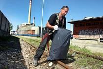 Lidé bez domova uklízí okolí vlakového nádraží ve Zlíně.