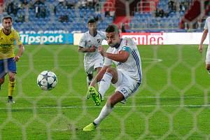 Milan Baroš proměňuje penaltu.