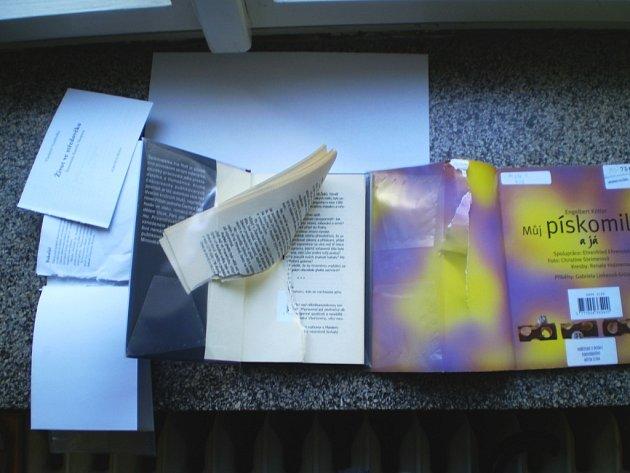 Školáci zničili řadu knih.