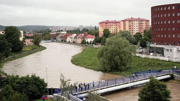 Povodňový stav na Dřevnici v Otrokovicích u Polikliniky ve 13.10.