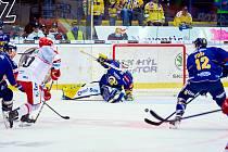 Hokejisté Zlína (v modrých dresech) v neděli odpoledne na Zimním stadionu Luďka Čajky vyzvali hradecký Mountfield.