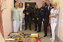 Policisté z Krajského ředitelství policie Zlínského kraje uspořádali mezi sebou sbírku hraček.