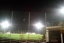 Fotbalový stadion ve Zlíně - Pasekách. Světla z hřiště svítí lidem do jejich domovů.