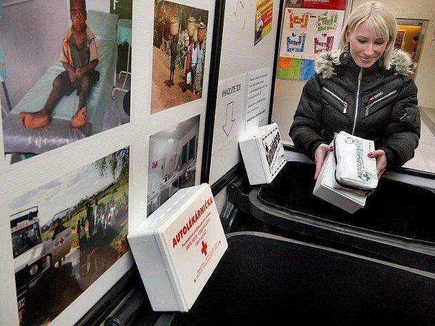 Obchodní centrum Zlaté jablko ve Zlíně bylo ve čtvrtek 13. ledna jedním z míst, kde humanitární organizace Adra umístila sběrné nádoby pro staré autolékárničky. Ty by měly putovat na pomoc lidem v Africe.