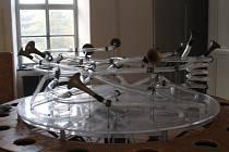 Unikátní výstava Orbis Pictus Play Zlín je souborem více než 60 interaktivních objektů, které se snaží rozvíjet imaginaci a fantazii se zaměřením zejména na fenomén hry – na kreativní poznávání světa i sebe sama skrze vlastní smysly.