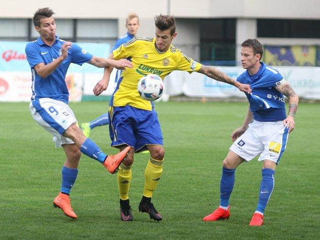 Zlínští fotbalisté (ve žlutém) ve 3. kole I. ligy vyzvali Slovan Liberec.
