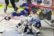 Extraligoví hokejisté Zlína (v modrém) proti Vítkovicím.