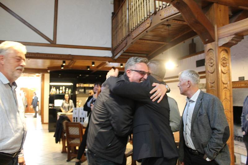 Volební štáb uskupení SPOLU v restauraci Baltaci v Napajedlích v sobotu 9. října zpočátku očekával volební výsledky, posléze slavil volební vítězství.