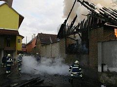 Rozsáhlý požár střechy hospodářské budovy v Bylnici.