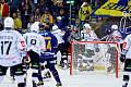 Hokejisté Zlína (v modrých dresech) v 7. kole TIpsport extraligy vyzvali Karlovy Vary.  Zdroj: https://zlinsky.denik.cz/hokej_region/honejsek-je-tezke-nam-fandit-meli-jsme-sanci-vyhrat-co-rekl-k-incidentu-20210924.html