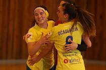 Michaela Kolářová (vlevo) se raduje po vítězném zápase s Pískem