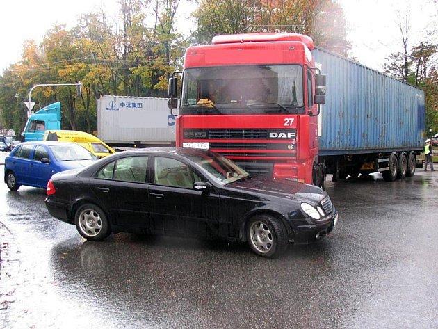Nehoda kamionu a automobilu zablokovala centrum Zlína.