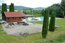 Sehradice leží v údolí Horní Olšavy, 7 km od Luhačovic z části v CHKO Bílé Karpaty. Na snímku z 2. července 2021 nový sportovní areál s parkovištěm u místního koupaliště.