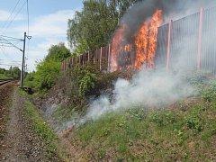 Požár protihlukové stěny zpomalil u Spytihněvi vlaky
