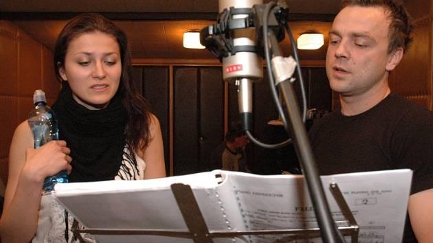 SONG PRO DVA. V hlavních rolích nového muzikálu Tomáš Šulaj a Pavlína Vašková v nahrávacím studiu Slováckého divadla, kde vznikají nahrávky pro představení Song pro dva.
