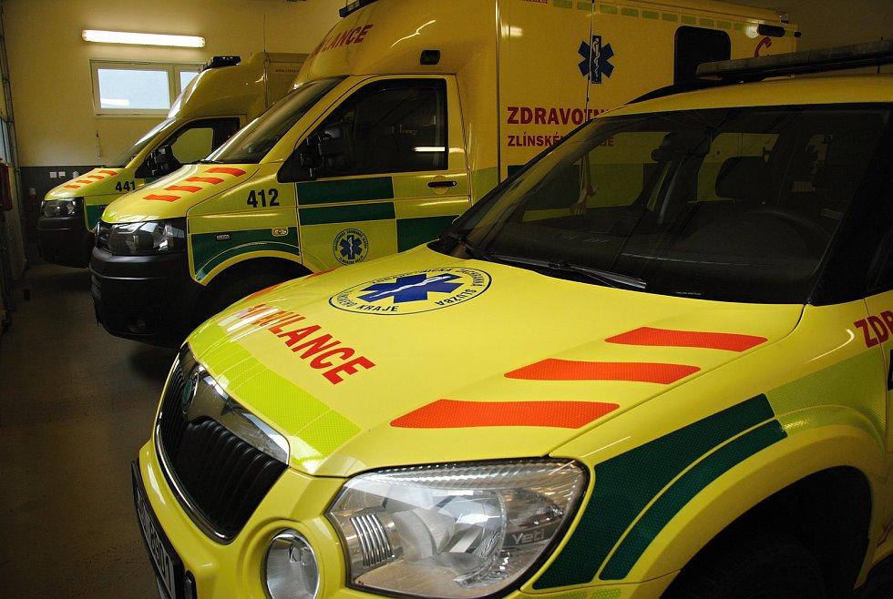 Sanitní vozy v garážích Zdravotnické záchranné služby ve Valašském Meziříčí