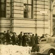 Židé čekající před budovou reálného gymnázia na registraci do transportu, foto Josef Sedláček konec ledna 1943