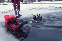 Ledová voda prověřila dobrovolné hasiče