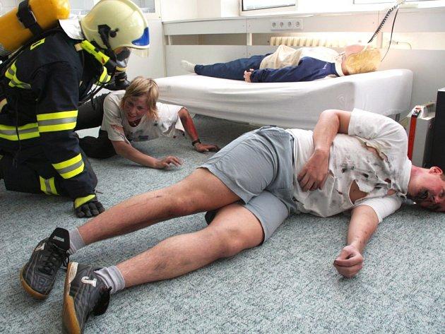 Cvičení hasičů a budoucích záchranářů na Střední zdravotnické škole ve Zlíně.