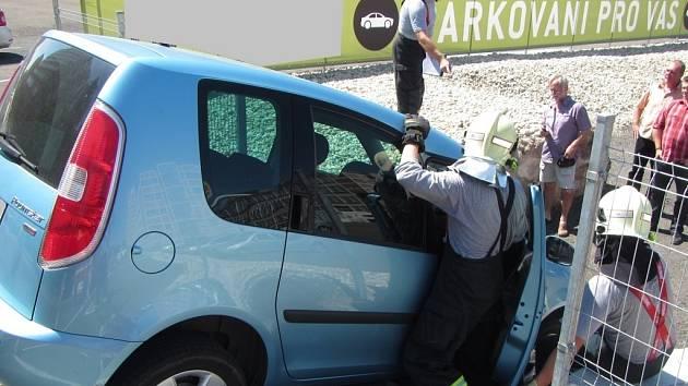Osobní automobil sjel během výjezdu z komunikace na schodiště vedoucí k parkovišti, a tam uvízl.