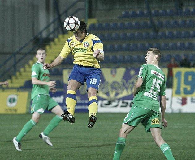 Druholigoví fotbalisté Zlína (ve žlutém) v sobotu nečekaně jen remizovali s Hlučínem 2:2