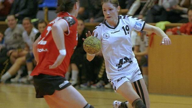 Domácí Kristýna Salčáková (s míčem)