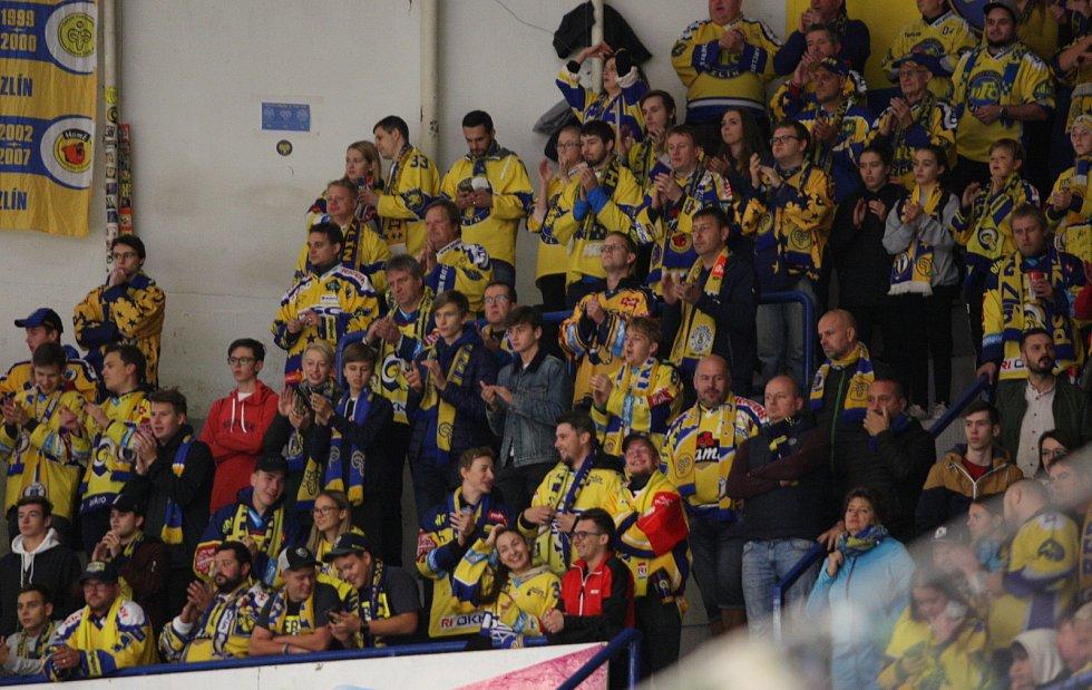 Extraligoví hokejisté Zlína (ve žlutém) v pátek v 7. kole doma hostili Pardubice. Foto: pro Deník/Jiří Hejtmánek