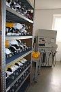 Chemicko-technická dílna. Slouží k údržbě, očistě a kontrole dýchacích prostředků.