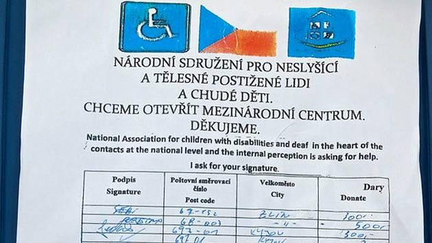 Podvodníci z Rumunska předkládali kolemjdoucím falešný formulář.