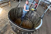 Stavba obřího šamanského bubnu v dílnách Městského divadla ve Zlíně.