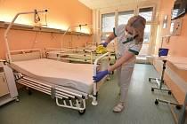 Dvě zrušené covidové stanice ve Zlíně procházejí vtěchto dnech intenzivní očistou, kterou na odděleních zajišťuje přímo zdravotnický personál.