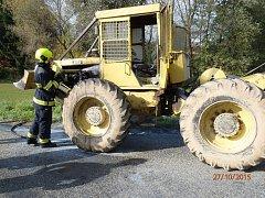 Požár traktoru zaměstnal hasiče