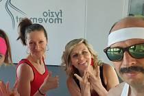 Celý tým Běžecké školy Běhy Zlín při natáčení videí o cvičení - Katka, Markéta, Věrka a Bob