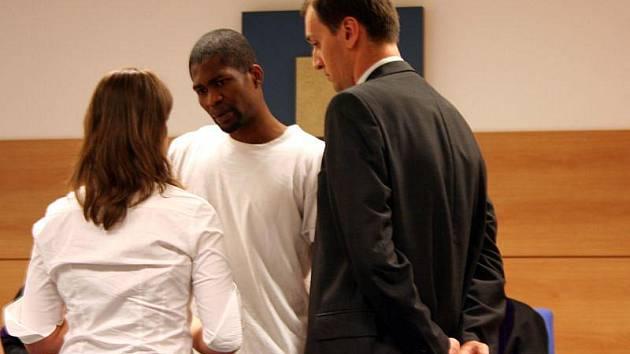 Tři roky vězení si za pašování asi 150 gramů kokainu odsedí devětadvacetiletý Afričan Ifeanyj Kelvin Maduka.