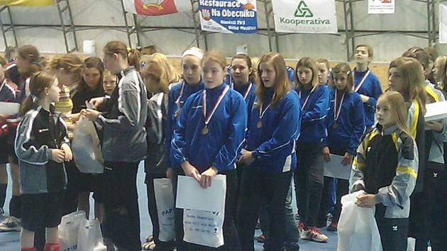Úspěšné mladé zlínské házenkářky (v modrém).