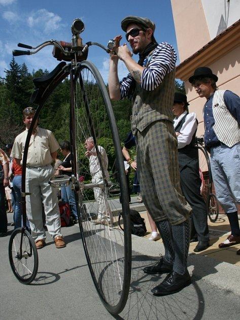 NA KOLE. Na stařičkém velocipedu se po kolonádě mohli projet i samotní návštěvníci. Udržet se na něm nebylo ale nijak jednoduché.