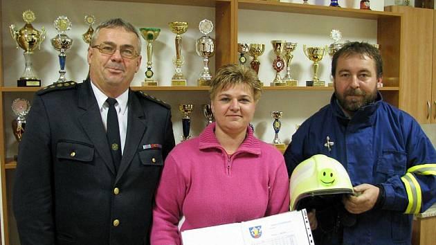 Machovští hasiči mají 78 členů. Zleva starosta sboru Svatopluk Januška, kronikářka dobrovolníků Petra Drahotuská, velitel dobrovolných hasičů z Machové na Zlínsku Jaromír Brázdil.