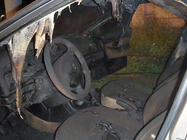 Rozsáhlý požár odstaveného auta v Mysločovicích.